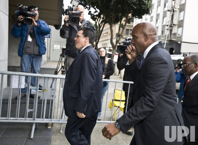Barry Bonds arrives at the Federal Building as jury deliberations continue in San Francisco