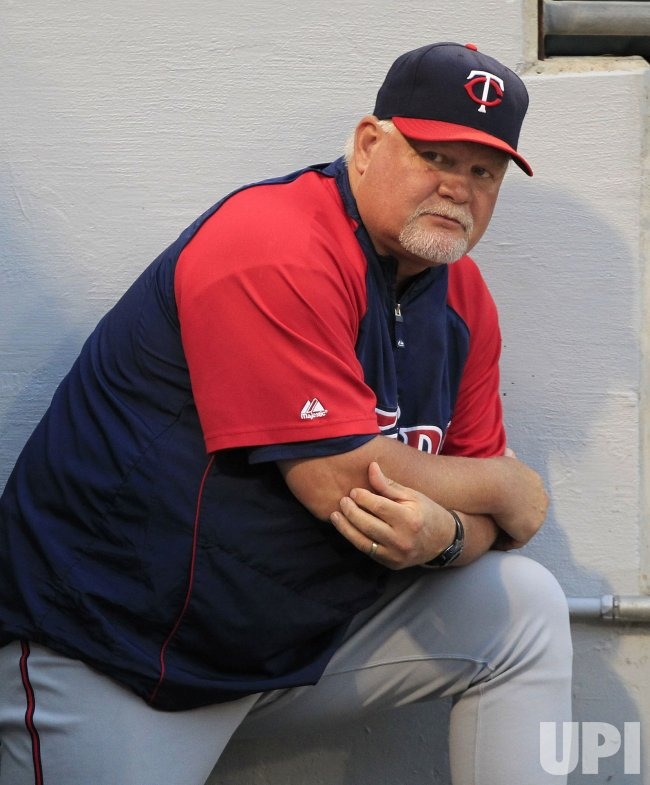 Twins manager Gardenhire stands in dugout against White Sox in Chicago