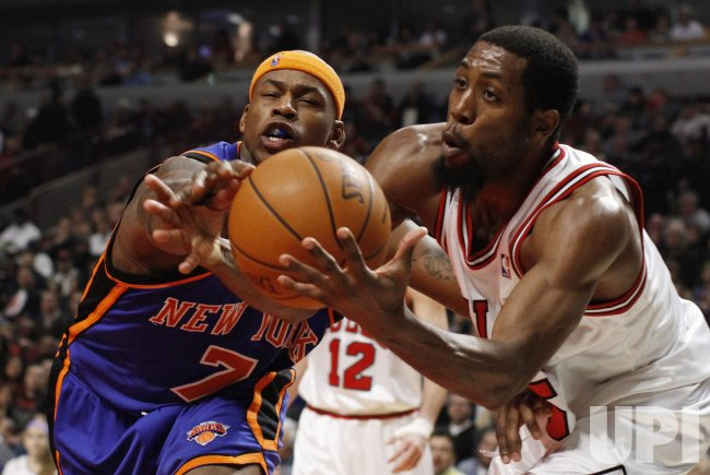 Knicks' Harrington and Bulls' Salmons go for ball in Chicago
