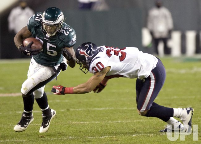 Philadelphia Eagles LeSean McCoy makes 8-yard gain in the second quarter.