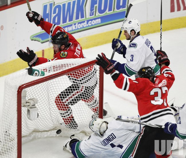 Blackhawks Toews scores on Canucks Luongo in Chicago