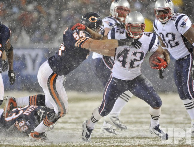 Bears Urlacher tackles Patriots Green-Ellis in Chicago