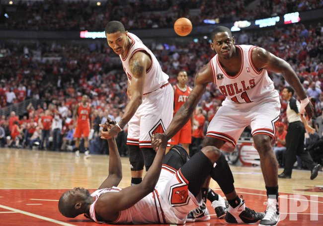 Bulls Rose, Brewer help up Deng agaisnt Hawks in Chicago