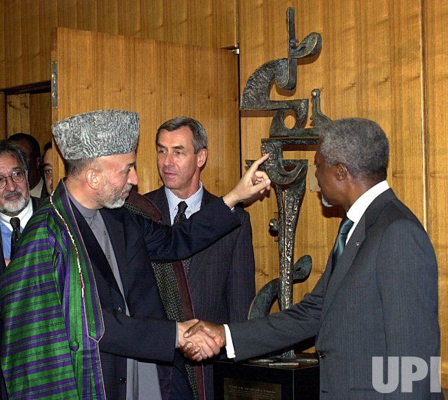 "President Hamid Karzai presents ""Peace"" sculptor to the UN"
