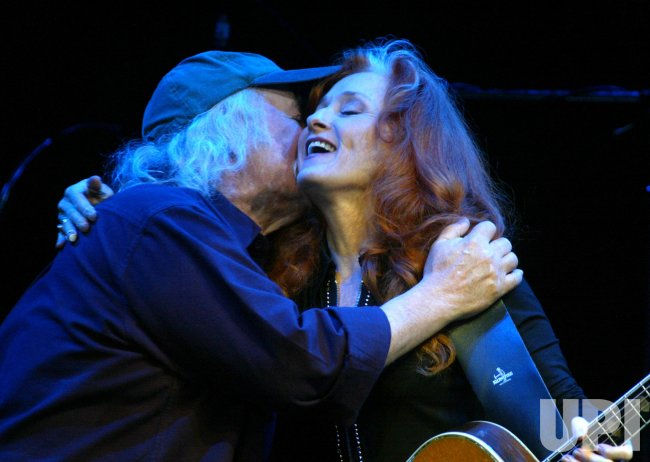 RAITT AND CROSBY PERFORM FOR HOWARD DEAN CAMPAIGN