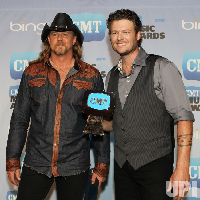 Blake Shelton and Trace Adkins win CMT Award in Nashville