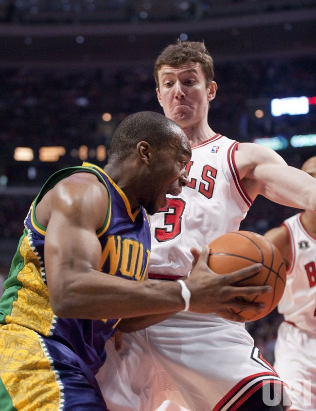 Hornets Landry drives on Bulls Asik in Chicago