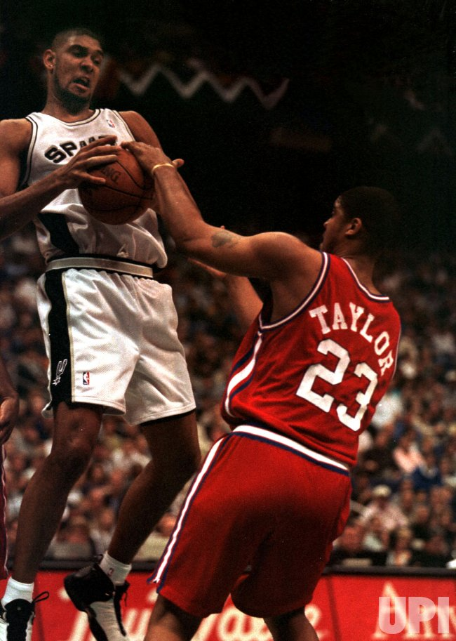 San Antonio Spurs Tim Duncan (21) battles L.A. Clippers Maurice Taylor (23) for a rebound