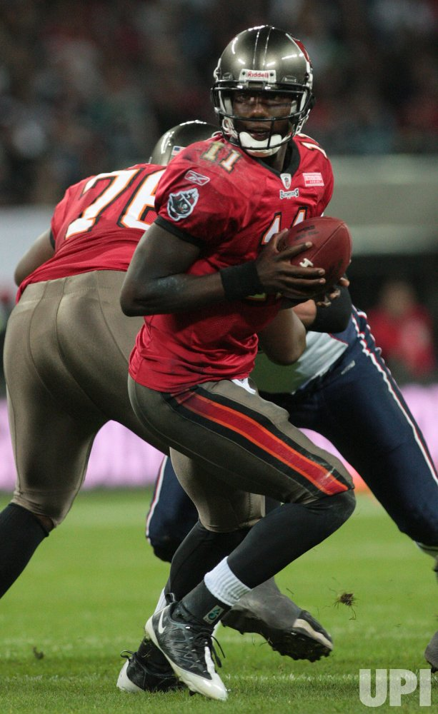 Tampa Bay Buccaneers Josh Johnson runs with the football.