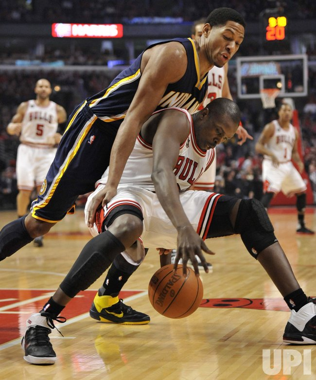 Pacers Granger and Bulls Deng go for ball in Chicago