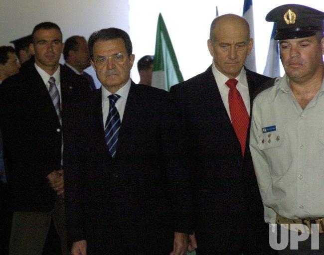 ISRAELI PRIME MINISTER WELCOMES ITALIAN PRIME MINISTER ROMANO PRODI AT HIS OFFICE IN JERUSALEM