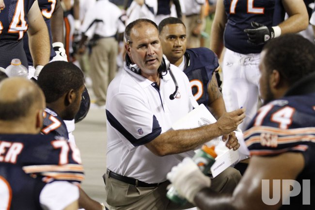 Bears coach Tice talks to players against Raiders in Chicago
