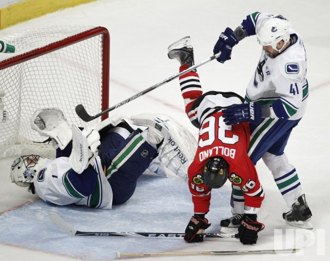 Canucks Luongo, Alberts collide with Blackhawks Bolland in Chicago