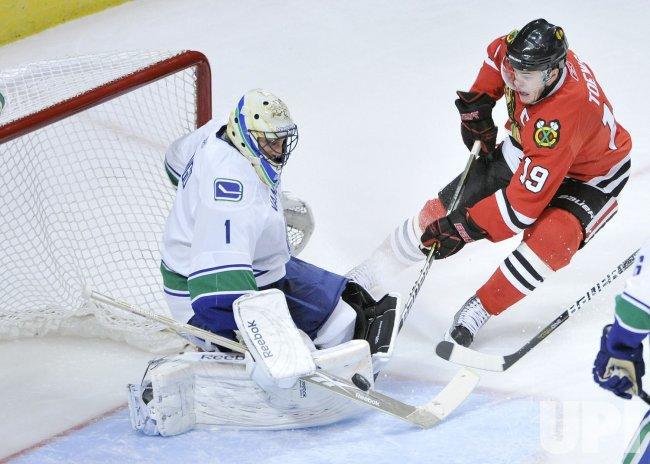 Canucks Luongo stops Blackhawks Toews shot in Chicago