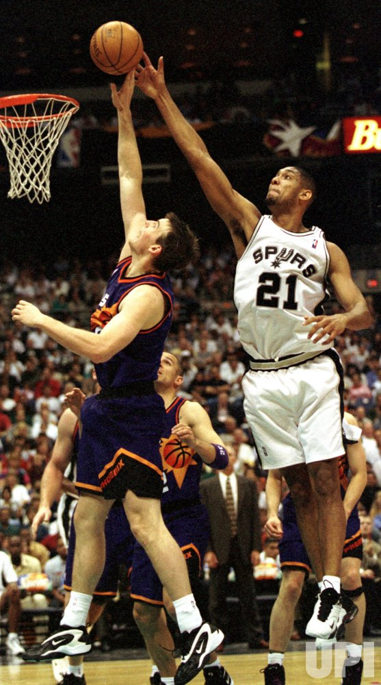 Tim Duncan(21) of the San Antonio Spurs