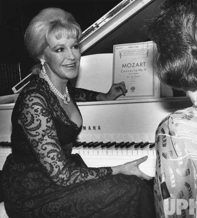 Joan Bennett Kennedy gets ready to perform as piano soloist - UPI.com