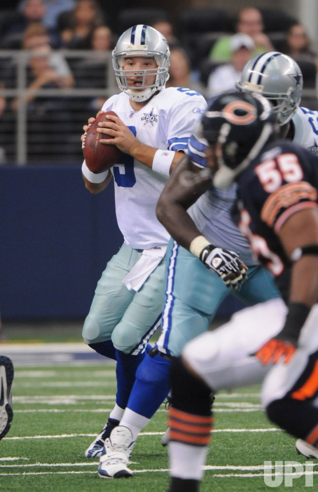 Cowboys Tony Romo looks to throw against the Bears