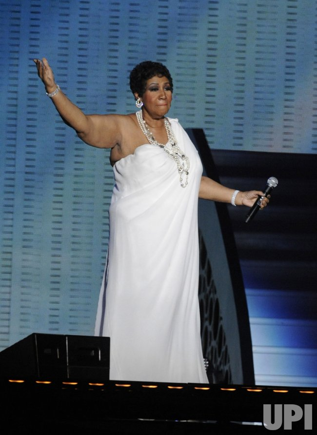 "Aretha Franklin sings during the taping of ""Surprise Oprah! in Chicago"