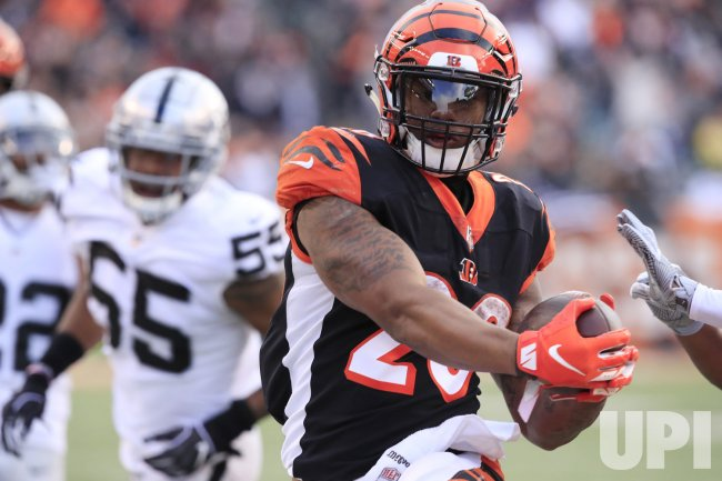 Bengals halfback Joe Mixon runs in for the touchdown