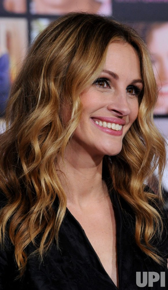 "Julia Roberts arrives for the ""Valentine's Day"" premiere in Los Angeles"
