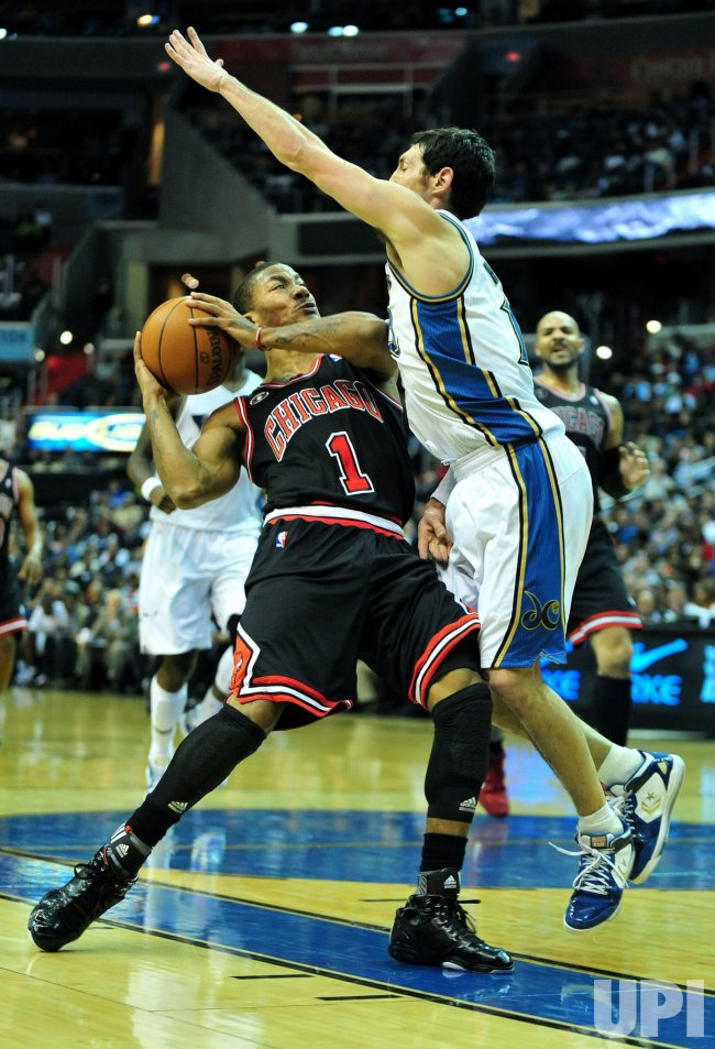 ' Derrick Rose goes up against Wizards' Kirk Hinrich in Washington