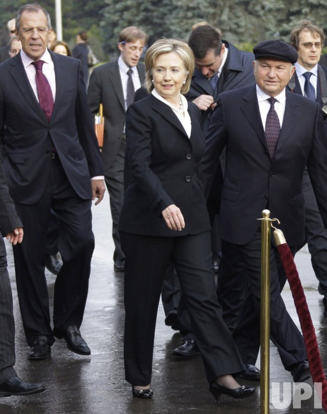 Hillary Clinton and Sergey Lavrov unveil the Walt Whitman statue in Moscow