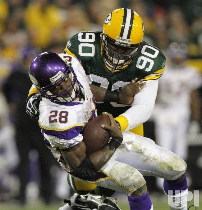 Vikings Peterson runs against the Packers
