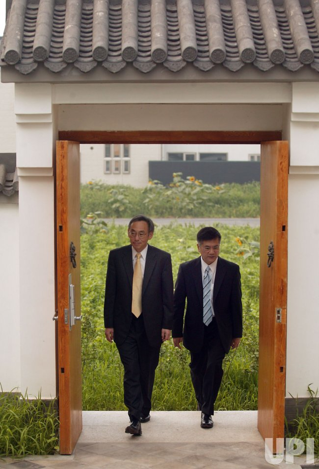 U.S. Secretaries Chu and Locke visit housing site in Beijing