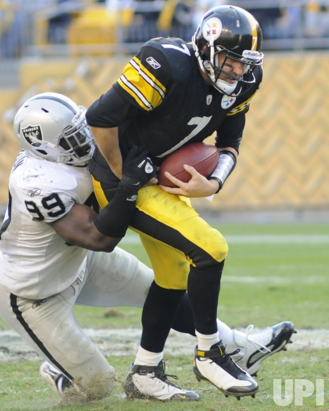 Raiders Lamarr Houston Sacks Steelers Roethlisberger in Pittsburgh