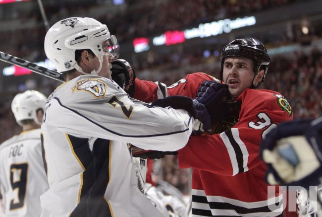 Predators Hamhuis and Blackhawks Bolland tussel in Chicago
