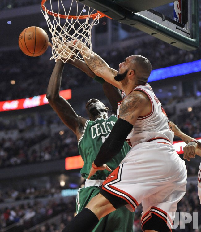 Bulls Boozer blocks Celtics Garnett's shot in Chicago