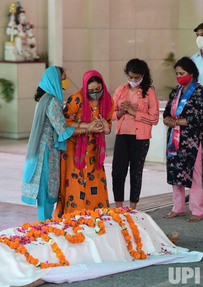 Families Mourn COVID-19 victims in New Delhi, India