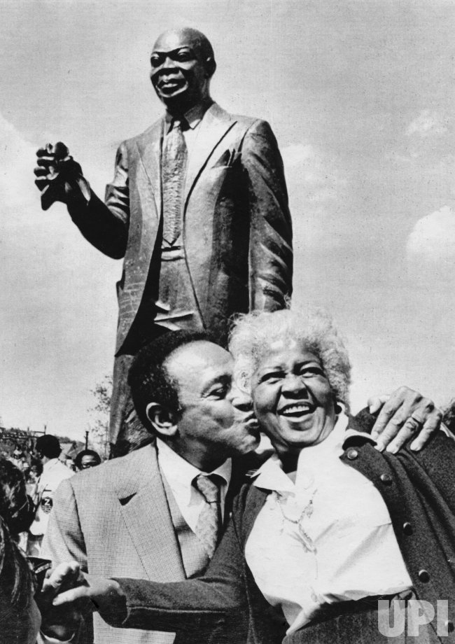 Lionel Hampton kisses Lucille Armstrong at unveiling of Louis Armstrong statue
