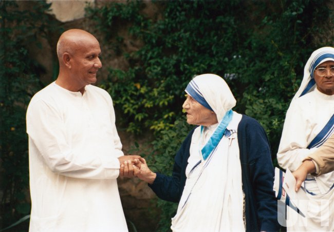 Mother Teresa meets peace activist Sri Chinmoy in Rome