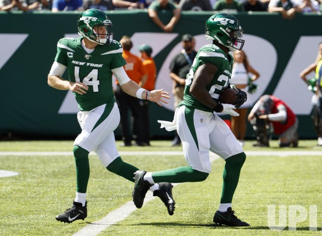 New York Jets Le'Veon Bell takes the hand off from quarterback Sam Darnold