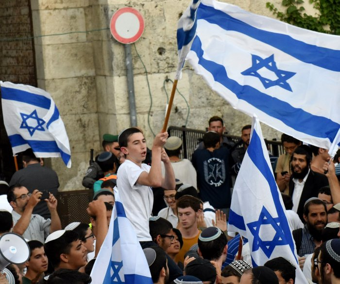 Several injured in clashes during flag march in Jerusalem