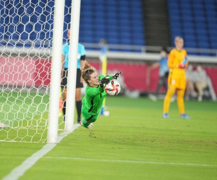 Alyssa Naeher leads U.S. past Netherlands in soccer quarterfinal