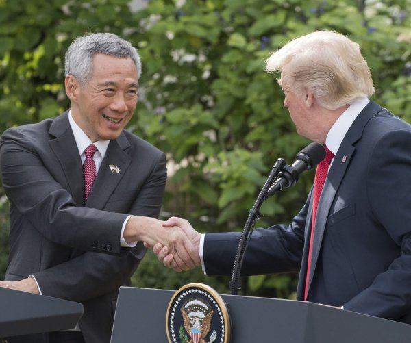 Trump meets with Singaporean Prime Minister Lee Hsien Loong