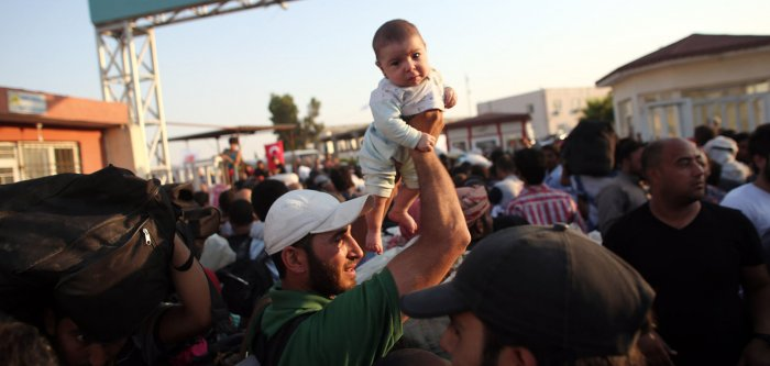 Syrian refugees flee fighting at Turkish border
