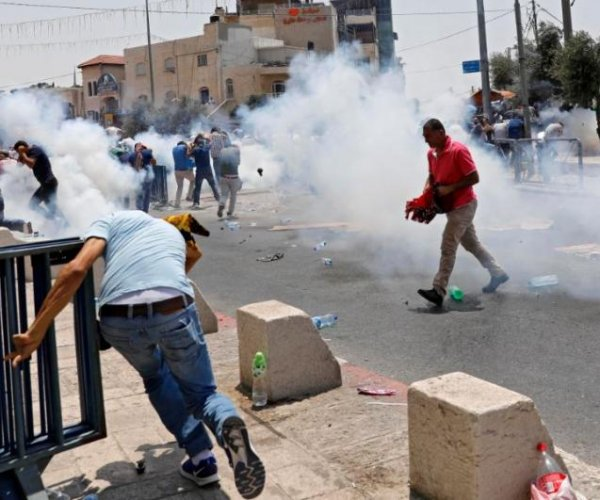 Police hit crowd with tear gas in clashes at Jerusalem mosque