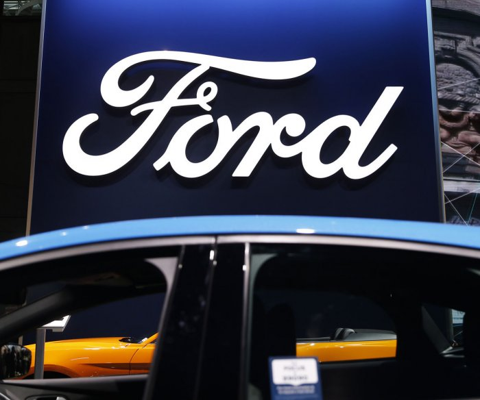Ford recalls 555,000 cars, SUVs over rollaway risk