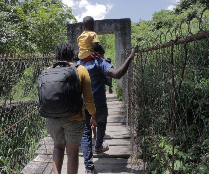 Thousands of Haitian migrants gather at border bridge between Texas, Mexico