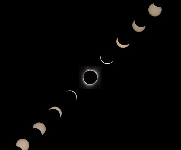 Eclipse crosses U.S. as millions view historic sight