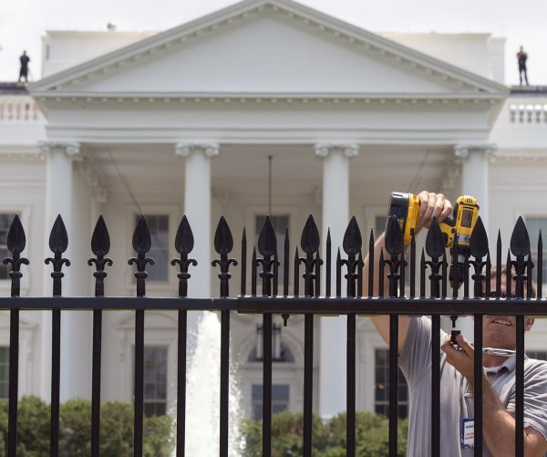 White House fence gets additional spikes