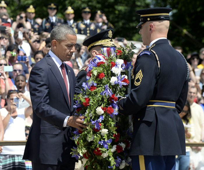 Obama visits Arlington Cemetery on Memorial Day