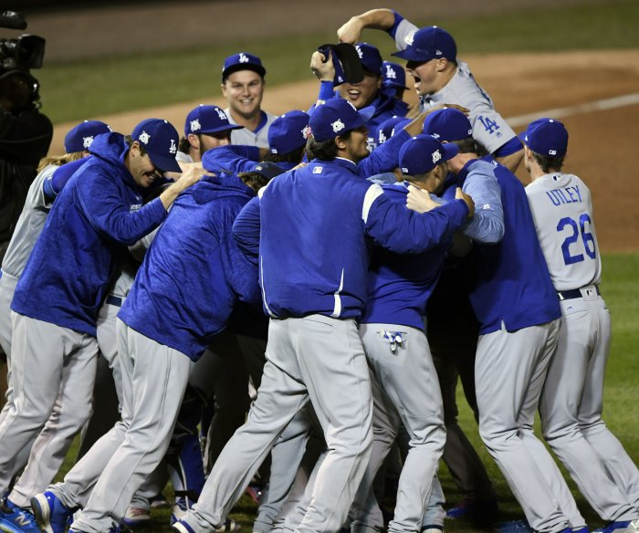 Hernandez's 3 HRs send Dodgers to 1st World Series since '88