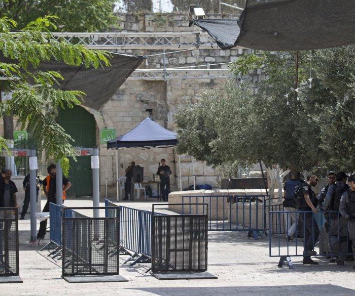 Israel to remove metal detectors at Al-Aqsa mosque
