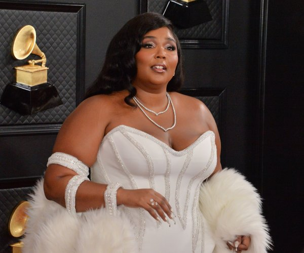 Lizzo wins first Grammy, opens show with tribute to Kobe Bryant