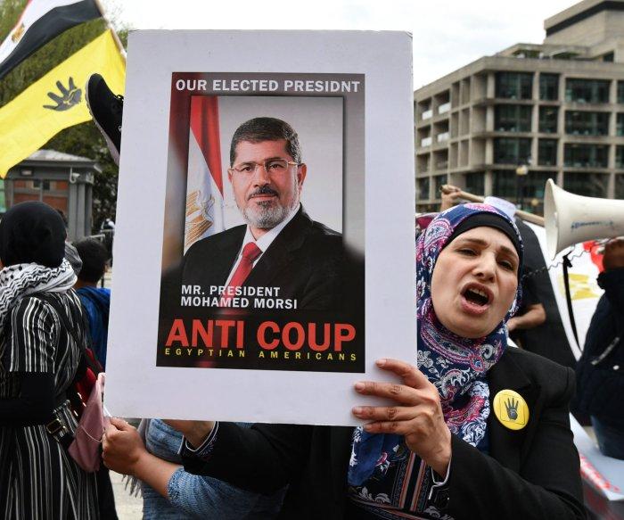 Ex-Egyptian President Mohamed Morsi faints, dies in courtroom