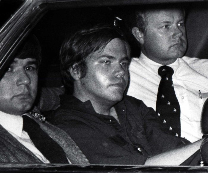 Judge allows failed Reagan assassin Hinckley to live by himself